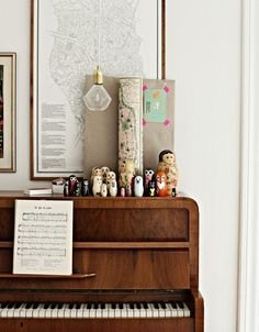 Vintage Piano, Vintage/Antique Maps & Matryoshka dolls... It doesn't get much better than that!!! Vintage Home Decor Ideas