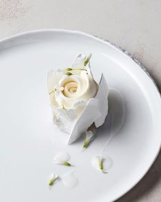 Loving this delicate rose cake for a played dessert! Loving this delicate rose cake for a played dessert! Loving this delicate rose cake for a played dessert! Food Design, Beaux Desserts, Gourmet Desserts, French Desserts, Gourmet Foods, Simple Muffin Recipe, Rose Cake, Wedding Desserts, Wedding Gifts