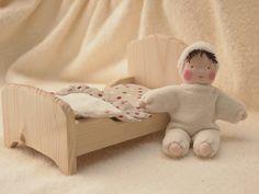 Petite poupée Waldorf dans son lit en bois par mamancigogne sur Etsy, €48.00