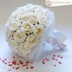 Buquê de flores Brancas em EVA    Cerca de 38 flores aproximadamente.  Cor: Branco    Poderá ser alterada a cor da fita cetim e das flores.      Tamanho:    - Diâmetro (parte das flores): 22 cm  - Haste com 13 cm de comprimento  e 3 cm de diâmetro.  - Altura total do buquê: 26 cm    Detalhes do b...