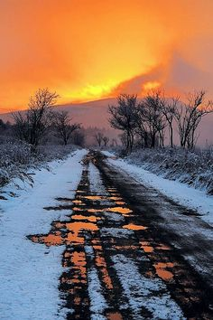 Sunset in a snow landscape Beautiful Sunset, Beautiful World, Beautiful Places, Simply Beautiful, Cool Pictures, Cool Photos, Beautiful Pictures, Outdoor Fotografie, Landscape Photography