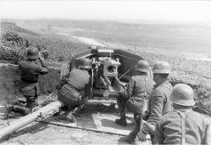 In 1942 meldde Gerhard Stroink zich vrijwillig aan bij de Waffen-SS. Als ordonnansofficier diende hij bij het beruchte SS-Pantserdivisie Wiking.