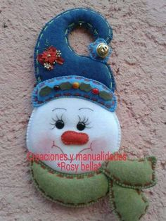 Felt snowman would make a sweet little ornament or gift package adornment. Easy Christmas Ornaments, Christmas Clay, Snowman Decorations, Christmas Crafts For Gifts, Christmas Makes, Christmas Stockings, Christmas Time, Christmas Applique, Christmas Crafts