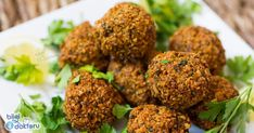 Egypt is known for its pyramids, mummies etc. However, a trip to Egypt won't and shouldn't just be about seeing those things. What about the Egyptian food ? Falafels, Falafel Place, Middle Eastern Restaurant, Falafel Recipe, Egyptian Food, Lebanese Recipes, Middle Eastern Recipes, Recipes For Beginners, Menu Restaurant