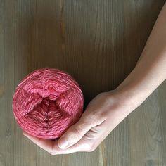 Ahora que ya acabaron los números y la calculadora (los cierres son una pesadilla para cualquier autónomo ) ha llegado el momento de hacer fotos a las preciosas madejas de @bichesetbuches para subirlas a la tienda. Eso si no me vuelvo loca y me quedo con todas  que los colores son así de bonitos. . #lana #lanas #yarn #wool #slowknitting #knitlife #knit #knitting #punto #tricot #tejer #crochet #ganchillo #ohlanas #yarnshop #tiendadelanas #lanasconhistoria