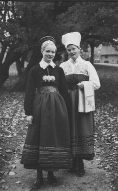 Kvinnor iförda Västra Vinåkers högtidsdräkt, gift och ogift. Fotot tagit i Nyköping. 1960