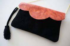 """Pochette Mini """"Mila"""" en cuir bicolore noir et corail effet serpent avec chaîne : Sacs à main par lyria-m"""