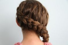 Video tutorial of the Katniss braid--Mindy from cutegirlshairstyles skyped with Hunger Games head hair stylist, Linda Flowers, to see exactly how the braid was created