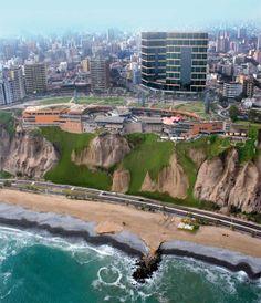 Larcomar Shopping center, Miraflores in Lima, Peru. Todella hienolla tavalla rakennettu ostoskeskus, joka on ns. taivasalla ja joka on tehty entiseen rantaviivaan/-kallioon. Kuvan etupuolella näkyvä ranta ja tie ovat siis rakennettu täytetylle maalle.