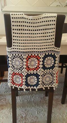 Crochet Decoration - Flor tejida a crochet en punto cocodrilo y relieves para ap. Crochet Bolero, Crochet Baby Bibs, Pull Crochet, Crochet Motifs, Crochet Jacket, Crochet Cardigan, Crochet Granny, Crochet Clothes, Baby Knitting