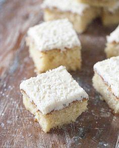 Vita kärleksmums, ljusa kärleksmums eller snoddaskaka med vit choklad. Recept på mockarutor med vit choklad från Söta saker.