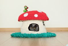 PATTERN: Into the Woodland House, pet bed, crochet cat cave, t-shirt yarn Chat Crochet, Crochet Home, Crochet Pet, Crochet Birds, Pinterest Crochet, Woodland House, Cat Cave, Animal Projects, T Shirt Yarn