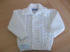 Weiße Hand gestrickt Baby Strickjacke mit Kabeldesign von KosyKnits, £7.99