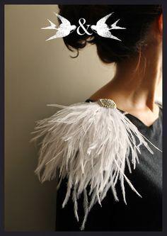 La cabeza de Beba: HOMBRERAS DE PLUMAS Fashion Details, Diy Fashion, Fashion Outfits, Womens Fashion, Fashion Design, Fantasias Halloween, Music Festival Outfits, Techniques Couture, Feather Dress
