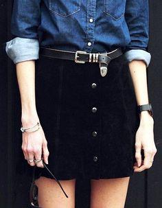 Jupe noire boutonnée en cuir + chemise en jean brut : deux vêtements à porter ensemble >> http://www.taaora.fr/blog/post/idee-tenue-jupe-noire-boutons-avant-chemise-denim-bleue-ceinture-western #streetstyle #outfit #look