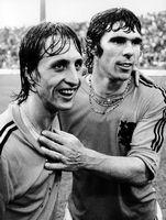 Johan Cruijff en Willem van Hanegem nadat Oost-Duitsland op het WK 1974 is verslagen.