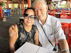Aufgenommen am 12. Mai 2012 Mittags am Stausee von Nakon Ratchasima ( Korat ) auf der Rücktour von Bangkok. Seltenes Foto Ich zusammen mit Sornsri weil ich natürlich immer fotografiere, war daher Happy das Sornsris Freundin endlich ein paar Fotos gemacht hat wo er beide drauf sind.