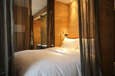 A great contemporary hotel near the Champs Elysees and the Arc de Triomphe! Paris Rooms, Paris Hotels, Queen Size Bedding, Best Hotels, Contemporary, Interior Design, The Originals, Bedroom, House