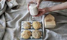 Pečte zdravšie a chutnejšie s vlastným kváskom a to počas celého roka. Camembert Cheese, Dairy, Healthy Recipes, Bread, Homemade, Food, Basket, Home Made, Brot