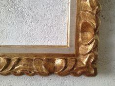 Detalle de esquina de marco tallado con maría luisa en tela de una pieza. Pan de oro. http://www.kinomarcosmolduras.com/producto/30/espejosmarcos-barrocos