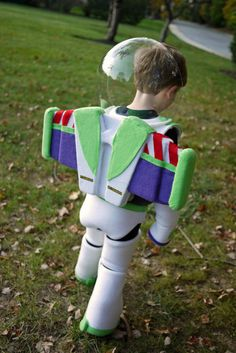 Homemade Buzz Lightyear - OCCASIONS AND HOLIDAYS - To Halloween and beyond! This year my three year old wanted to be Buzz Lightyear. I made his entire costume from scratch, without a pattern. Buzz Costume, Buzz Lightyear Halloween Costume, Toy Story Halloween Costume, Toy Story Costumes, Halloween Costume Contest, Family Costumes, Costume Ideas, Disfraz Buzz Lightyear, Buzz Lightyear Wings