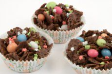 Chocolate cornflake cakes are perfect for making with the kids. Delicious melted chocolate with crisp cornflakes topped with sugared goodies Cereal Recipes, Snack Recipes, Snacks, Cinnamon Cream Cheese Frosting, Cinnamon Cream Cheeses, Chocolate Cornflake Cakes, Nutella Cookie, Baking Recipes For Kids