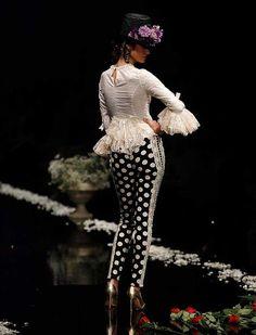 La firma malagueña ha subido a la pasarela «Despertando pasiones», una colección con patrones y fajines que realzan la silueta de la mujer, en gamas de tonos magenta, amatista y morado (Foto: Rocío Ruz) Spanish Fashion, Spanish Style, White Fashion, Boho Fashion, Womens Fashion, Flamenco Costume, Mexican Textiles, 2016 Fashion Trends, Moda Boho