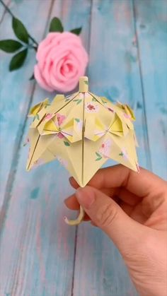 DIY Wedding Princess Umbrella Decoration Every girl has a dream to travel around the world by holding the umbrella. Use color paper to make the princess umbrella. Paper Flowers Craft, Paper Crafts Origami, Paper Crafts For Kids, Diy Paper, Paper Crafting, Origami Flowers, Newspaper Crafts, Simple Paper Crafts, 3d Paper Projects