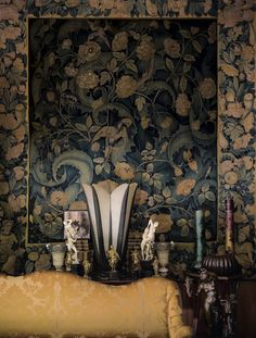 Appartement d'Yves saint Laurent, rue de Babylone à Paris Dans le grand salon, devant une tapisserie des Flandres «feuilles  de choux» du milieu du XVe siècle, une lampe Aloès d'Albert Cheuret des années 1920 entourée d'objets d'ivoire et de vermeil