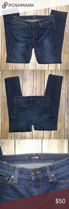 Joe's Jeans Excellent used condition! Signature leather logo patch on one of the pockets of lightly faded, dark-rinse stretch jeans with a fitted silhouette. Size 28, Fit: Petite Straight Joe's Jeans Jeans Straight Leg