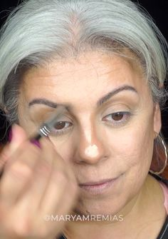 Full face makeup with red eyeshadow and a pop of gold in the inner lower lash line on a grey hair. Also, a little nose contouring. Full Face Makeup, Eye Makeup, Cakey Makeup, White Hair Highlights, Eye Make Up Videos, Grey Hair Don't Care, Makeup Tips For Older Women, Nose Contouring, Contour Nose