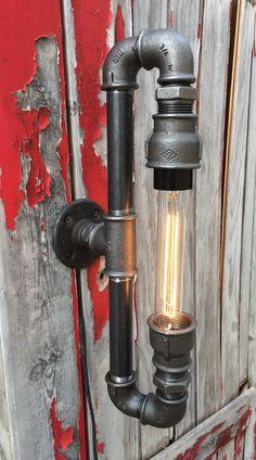 Applique murale de style steampunk crée a partir de raccords de tuyauterie en fonte . Peut être monté en applique en lustre a lhorizontale ou a la verticale a vous de choisir. Idéal dans une ambiance industrielle, usine, loft,déco de bar, restaurant, cabinet médical ou tout simplement