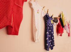 Outra parede decorada com roupinhas e sapatinhos. A designer Sandy Bahia usou vários itens do enxoval da filha, Alice, para decorar o chá de bebê da menina