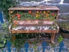 Repurposing an old piano is a creative way to get rid of your old boring piano. A piano is one of those objects that you don`t want to throw them unless Piano Bar, Piano Crafts, Painted Pianos, Music Garden, Old Pianos, Desks For Small Spaces, Garden Features, Garden Ornaments, Botanical Gardens