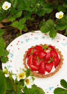 Aardbeientaartjes met vanillemousse - Dishcover Strawberry, Fruit, Food, Essen, Strawberry Fruit, Meals, Strawberries, Yemek, Eten