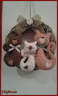 Gatti e non solo. Cat Crafts, Decor Crafts, Diy And Crafts, Diy Home Decor Projects, Sewing Art, Sewing Crafts, Sewing Projects, Diy Valentines Day Wreath, Xmas Tree Decorations