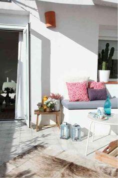 terrasse décorée avec des meubles rustiques
