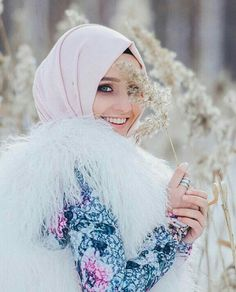 Discovered by Unknown Hijabi. Find images and videos about fashion, islam and hijab on We Heart It - the app to get lost in what you love. Beautiful Muslim Women, Beautiful Hijab, Beautiful Outfits, Islamic Fashion, Muslim Fashion, Alexandra Golovkova, Beau Hijab, Simple Hijab, Muslim Hijab