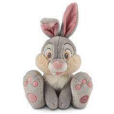 ¡Este amigo está ansioso por tus abrazos! El amigo conejo de Bambi está acabado en un tejido de pelo de peluche y cuenta con preciosos detalles bordados del personaje.