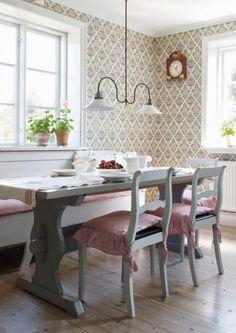 Soffbordet och skåpet har Håkan snickrat. På köksväggen en tapet från Duros gammelsvenska kollektion. Det vackra bockbordet har Håkan snickrat.