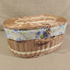 Oryginalna i jedyna w swoim rodzaju wiklinowa walizka z dekoracyjnym wkładem z materiału. Koszyk wypleciony jest z polskiej wysokiej jakości wikliny. Standardowo dostępny jest w trzech podstawowych wymiarach, jednak jest możliwość wyplecenia koszyka na indywidualne zamówienie.
