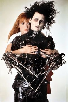 A gallery of Edward Scissorhands publicity stills and other photos. Featuring Johnny Depp, Winona Ryder, Tim Burton, Vincent Price and others. Johnny Depp Winona Ryder, Johnny Depp Movies, Tim Burton Johnny Depp, Johnny Depp Characters, Here's Johnny, Eduardo Scissorhands, Johnny Depp Edward Scissorhands, Edward Scissorhands Costume, Film Tim Burton