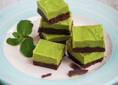 A delicious, sweet treat, this guilt-free Mint Choc Pavé is perfect served after-dinner or as a mid-afternoon snack. The inclusion of coconut oil provides satiety and helps to rid those sugar cravings. Can sub ginger or lime for mint. Healthy Desserts, Dessert Recipes, Healthy Food, Bar Recipes, Healthy Baking, Healthy Recipes, Vegan Christmas Desserts, Hemsley And Hemsley, After Dinner Mints