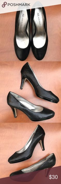 ANNE KLEIN Black Reptile Print Heels, Size 7 DESCRIPTIONS: ANNE KLEIN Black Reptile Print Heels, Size 7. - Classic pump  - Low Platform - Mid-rise Heel - Leather upper; Manmade balance  CONDITIONS: Good condition; Shows normal signs of wear;  ***NOTE: Heels have scuff marks & soles has normal wear. Anne Klein Shoes Heels