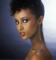 The former super model, who recently celebrated her birthday, also promoted her skincare line Iman Cosmetics. Iman tied the knot with singer David Bowie in Supermodel Iman, Iman Model, Beautiful Black Women, Beautiful People, Simply Beautiful, Lila Make-up, Purple Makeup, Purple Eyeshadow, Female Models