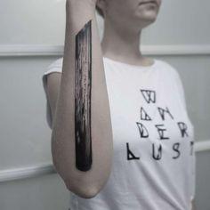 Je vous propose de découvrir les superbes tatouages minimalistes de l'artiste Lee Stewart, qui jette des coups de pinceaux sur les corps de ses modèles, tra