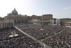 Mais de 120 mil fiéis lotam a Praça de São Pedro, no Vaticano, para a vigília de Pentecostes - http://revistaepoca.globo.com//Sociedade/fotos/2013/05/fotos-do-dia-18-de-maio-de-2013.html (Foto: Gregorio Borgia/AP)