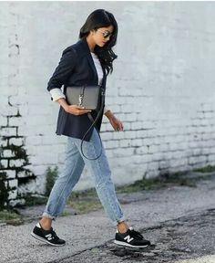 O look desta segunda é super relax e confortável. Tênis + calça jeans larga + t-shirt branca e blazer preto. Moderna e cool.