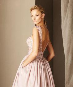 La firma Pronovias, muy conocida por todos nosotros por sus diseños tan femenino, su confección cuidada y sus tejidos de máxima calidad. Un firma de recono