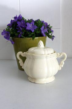 Lovely French vintage porcelain sugar bowl of by MariusetJeannette, €21.00